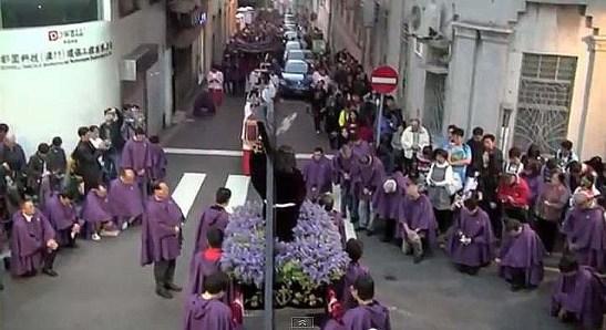 Uma das estações da procissão. Imagens de Pedro André Santos e do vídeo do Jornal Tribuna de Macau
