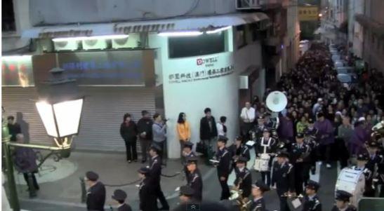 A banda da Polícia de Macau e grande público. Imagens de Pedro André Santos e do Jornal Tribuna de Macau