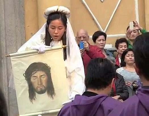 Verónica na procissão de 2013. Imagens de Pedro André Santos e do vídeo do Jornal Tribuna de Macau