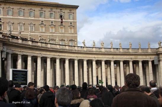 Papa Bento XVI faz a sua saudação em várias línguas, inclusive o português, lá do alto da janela da sede do Vaticano