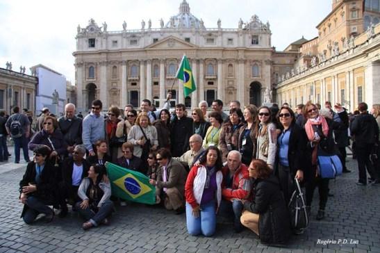 Mia juntou-se a um grupo alegre de turistas brasileiros para uma memorável foto