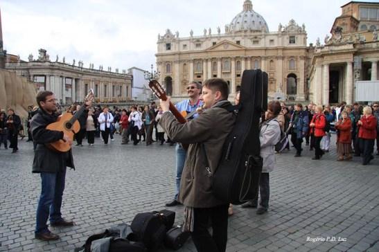 Após encerrada a cerimonia, um grupo austríaco tocava e o povo à volta dançava.  Foi algo muito emocionante ver tudo isso.  Era a alegria dos católicos por estarem no Vaticano