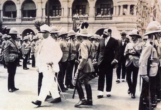 O Governador em Hong Kong, em 1927, passando revista ao Queen´s Royal Regiment, na companhia do seu homólogo britânico, Sir Cecil Clement
