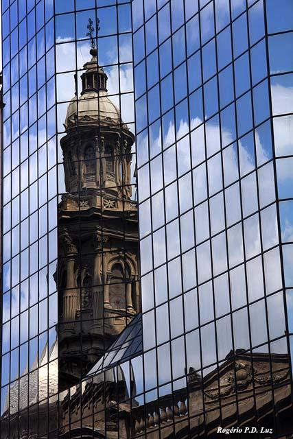 Um prédio espelhado na lateral da Catedral faz a festa de todos os fotógrafos com reflexo da torre.  Não há quem que não faça semelhante foto.