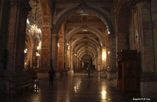 outra vista do corredor lateral com os seus imponentes arcos