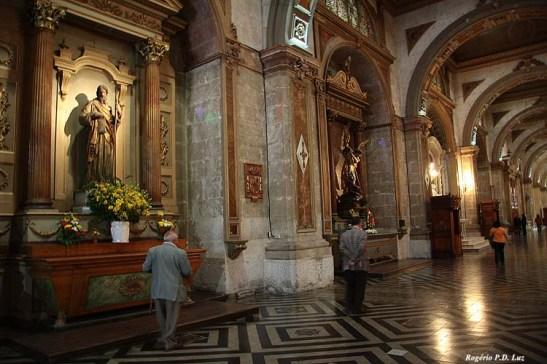 Vários altares no corredor lateral
