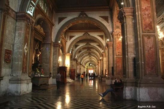 A imponência dos arcos dos corredores laterais da igreja