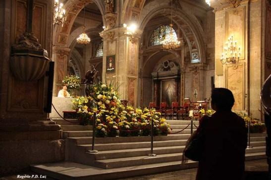 O altar-mor momento em que se rezava uma missa