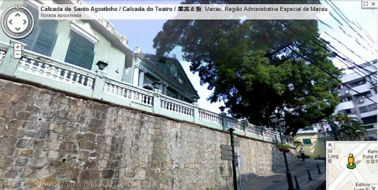 O Dom Pedro V, visto da calçada, com o Clube Macau à sua esquerda