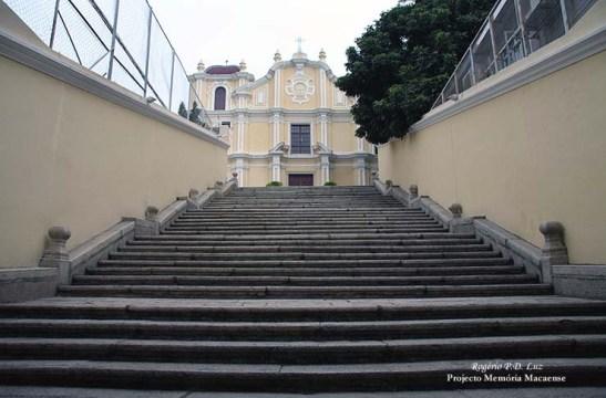 Extensa escadaria conduz à Igreja de São José