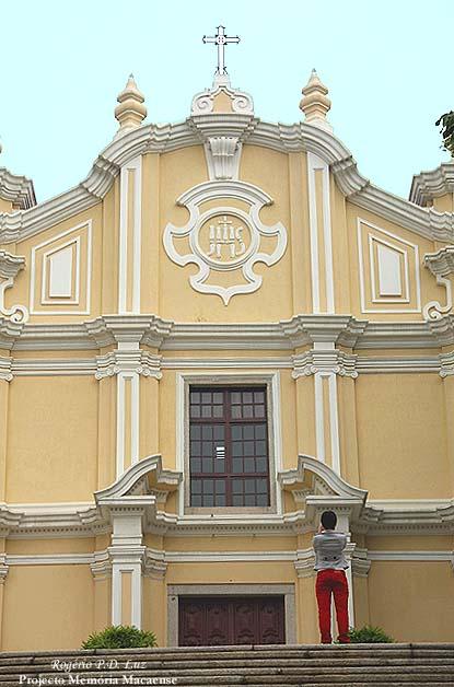 """""""fachada tipicamente barroca, de cor predominantemente amarela"""""""