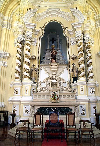 """""""No alta-mor, mais imponente do que os altares laterais, encontra-se as imagens de São José (ao centro), de Santo Inácio de Loyola (fundador da Companhia de Jesus) e de São Francisco Xavier"""""""