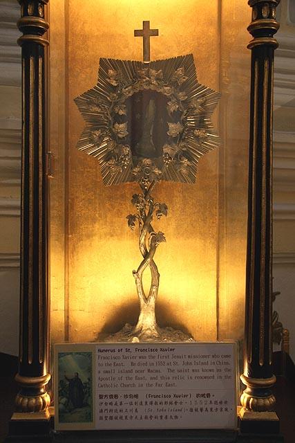 """""""uma das relíquias mais preciosas de Macau, um osso do úmero do braço direito de São Francisco Xavier"""""""