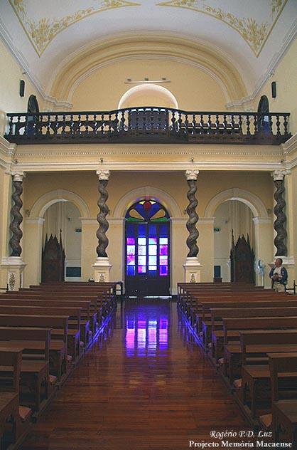 """""""O coro-alto (situado na entrada da igreja) é suportado por 4 colunas salomónicas, típicas do estilo maneirista"""""""