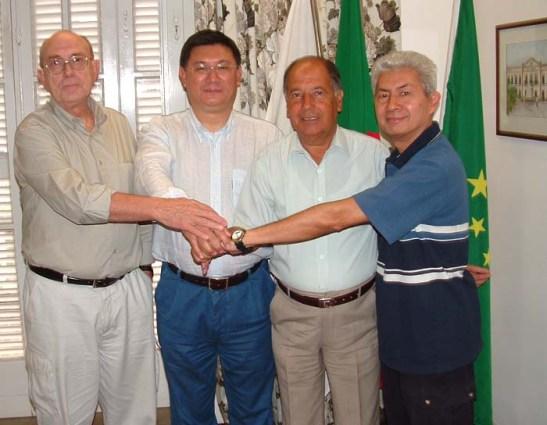 Aprovação unânime dos novos Estatutos do Conselho das Comunidades Macaenses, finalmente instalada em Novembro de 2004 em Macau