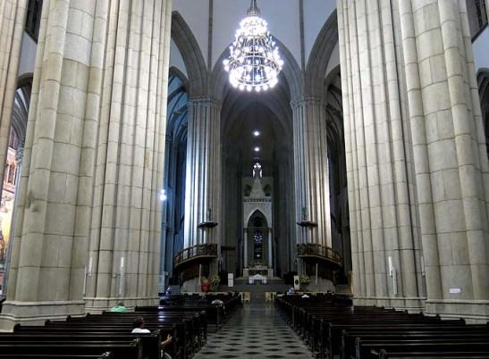 o interior da Catedral Metropolitana de São Paulo, ou, Catedral da Sé.