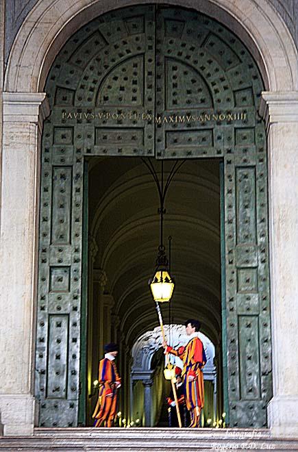 Uma das portas laterais da basílica
