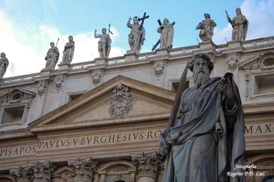 Mais de uma centena de estátuas de santos, mártires e anjos adornam a parte externa da basílica.