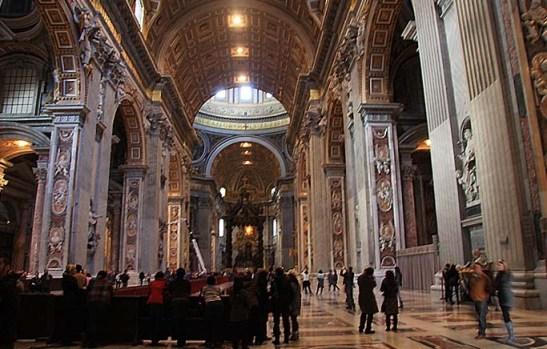 Para facilitar a circulação de turistas e fiéis não havia bancos.  Vista logo à entrada da basílica.