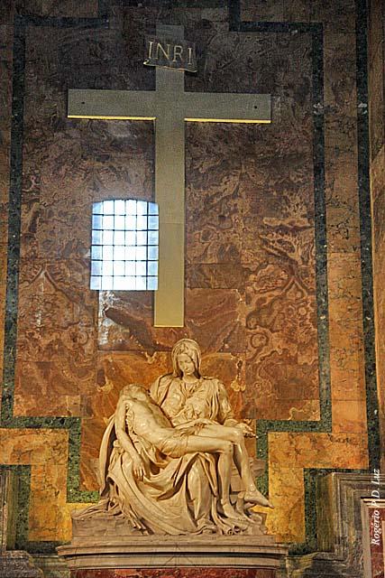 Logo à entrada, à sua direita, encontra-se uma das mais famosas esculturas de Michelangelo - a Pietà