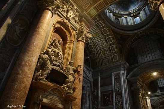 É indiscritível a riqueza de esculturas espalhadas pela basílica