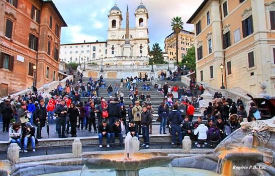 Piazza di Spagna, as escadarias e a chiesa (igreja) Trinità dei Monti no alto