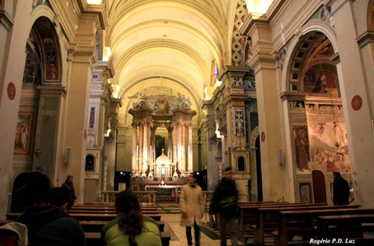 O interior da chiesa