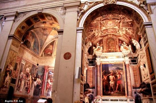 Toda igreja de Roma é monumental por dentro, seja pequena ou grande