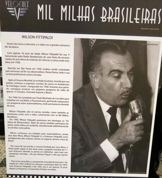 Cartaz numa recente exposição de carros antigos do automobilismo brasileiro homegeava Wilson Fittipaldi com histórico da sua vida.  Clique para aumentar e ter uma boa leitura.