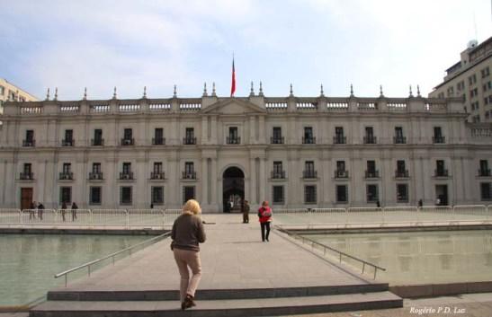 O Palácio de La Moneda na face que fica defronte à Plaza de Constitución ( de outro lado).