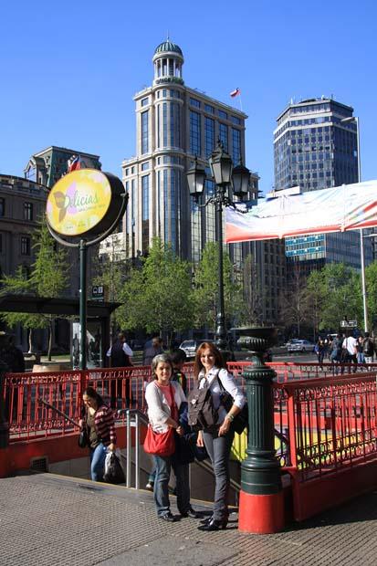 A Ana Cris com a Mia na estação de metrô Moneda, um bom meio para chegar ao local