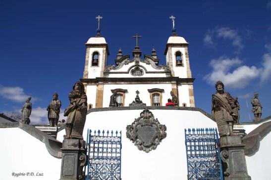 As esculturas dos Doze Profetas dispostas no átrio da igreja