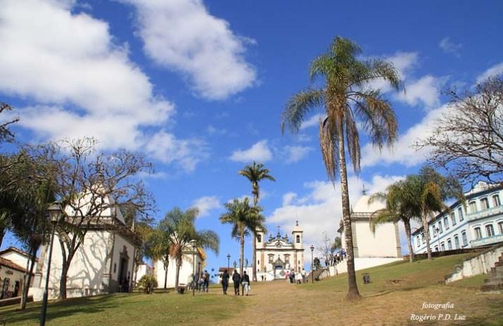 Seis capelinhas com 66 imagens representando a Paixão de Cristo construídas lateralmente ao caminho que conduz à basílica