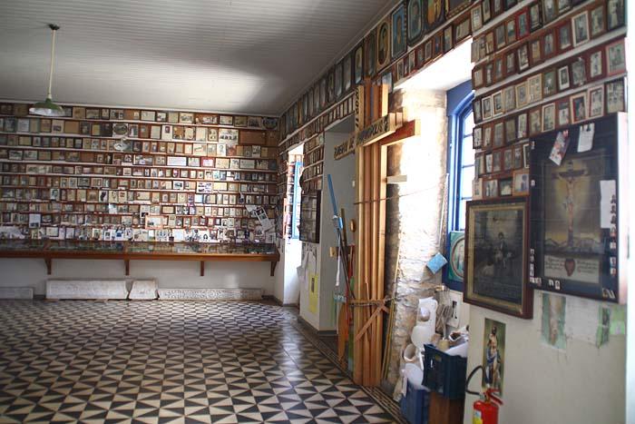 Na lateral da basílica há uma Sala de Promessas com exposição de parte do material deixado pelos fiés