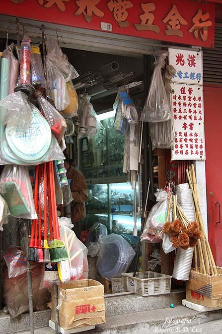 Em 2007, loja que vende mil e uma coisas tinha uma tomada da panela elétrica de arroz de 1967 que tinha levado para o Brasil. Isto só em Macau mesmo!