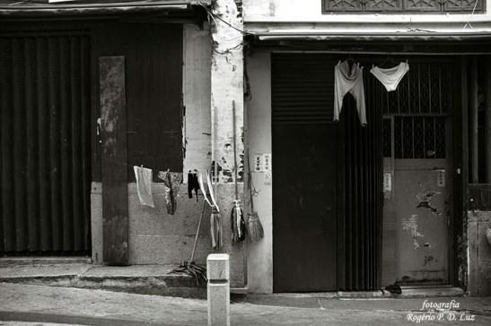 Mesmo em 2007, os moradores não se intimidam em deixar secar vestuário íntimo na fachada