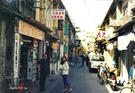 Outro aspecto da rua em 1994. Na foto,, a Mia e António Machado Mendonça hoje radicado no Rio de Janeiro.