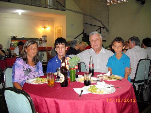 Na festa de Natal de 2012  da Casa de Macau de São Paulo, com a filha e netos (foto de Rosa Cruz)