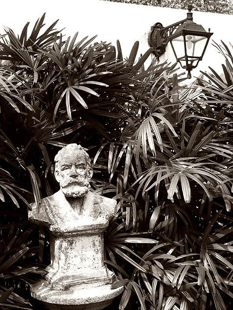 """""""De cada um dos lados estão os bustos dos poetas Luís Vaz de Camões e de João de Deus, rodeados por vegetação"""". Na foto, João de Deus."""