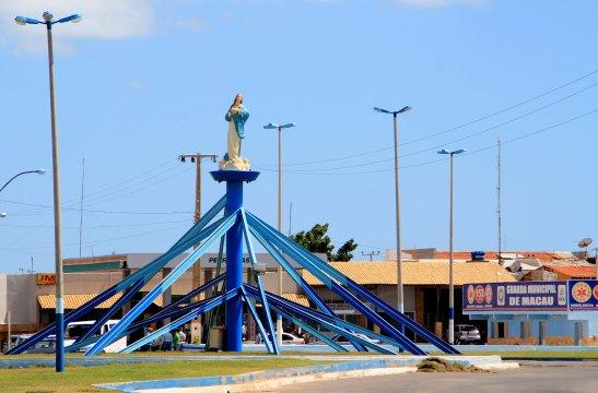 Na entrada da Macau do Brasil, Nossa Senhora de Conceição, padroeira da cidade. À direita, placa da Guarda Municipal de Macau anunciava que tinha chegado à Macau, mas do Brasil