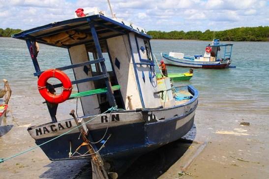 """Nos mangues preservados, na vila de pescadores, o barco à espera da cheia para voltar às águas, simplesmente anunciava """"esta é a Macau do Rio Grande do Norte""""."""