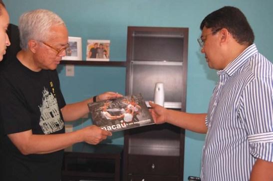 """Explicando ao Prefeito sobre a exposição de fotos de """"Macau é um Espectáculo"""" que percorreu o mundo para celebrar os """"10 anos do estabelecimento da RAEM"""" promovido pelo Instituto Internacional de Macau"""