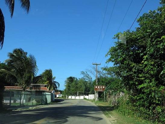 Estrada de Genipabu passa no meio de residências e vilarejos, nem sempre sinalizada