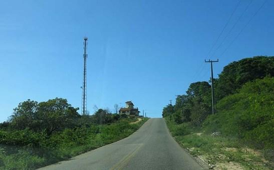 a Estrada de Genipabu tem bom piso, poré estreita , sem acostamento e com lombadas sem sinalização