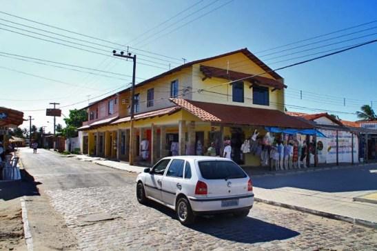 apesar de ser sexta-feira do feriado prolongado de Corpus Christi, a sua discreta rua comercial estava vazia.  Ao longo dela tem estacionamentos por R$ 3,00 a R$ 5,00
