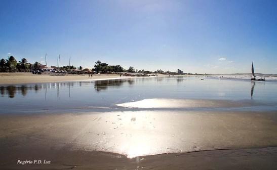 com mará baixa, a praia fica muito extensa, bom para passear a pé pelas águas mornas