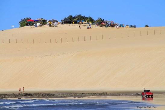 no topo das dunas, que são extensas, tem-se uma bela visão da praia e do mar