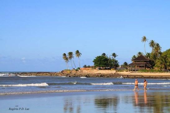 pode-se alcançar essa extremidade da praia a pé com maré baixa