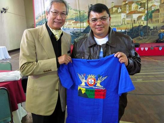 Pedro Almeida oferece ao Prefeito de Macau Kerginaldo Pinto, do Rio Grande do Norte, Brasil, camiseta (camisola-Portugal) com o símbolo da Casa de Macau do Rio de Janeiro
