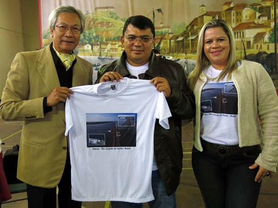 Pedro Almeida recebe do Prefeito de Macau Kerginaldo Pinto, do Rio Grande do Norte, Brasil, camiseta (camisola-Portugal) com a imagem da Macau brasileira.